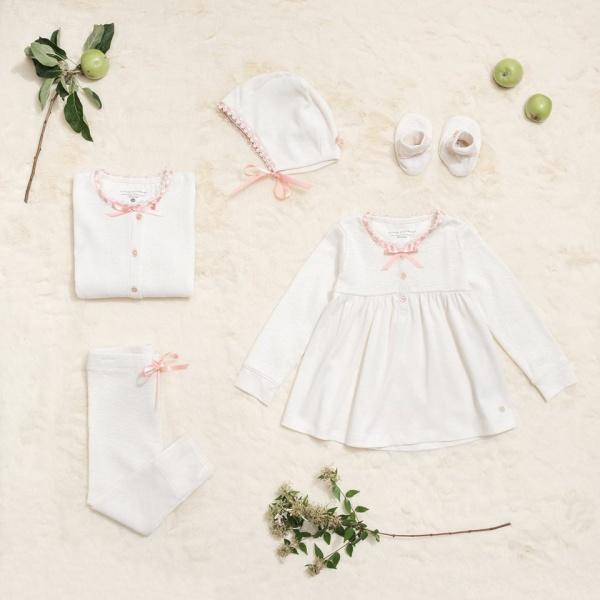 vestido blanco y cardigan con detalles rosa beba Little Akiabara invierno 2018