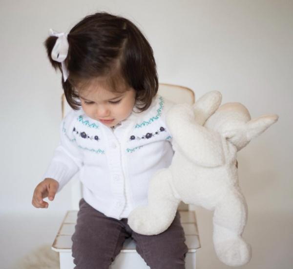 campera blanca tejida con bordado niña Pompas invierno 2018