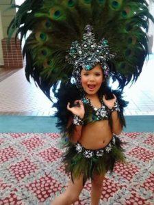 disfraz bordado con piedra y plumas niña carnaval