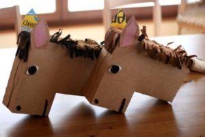 caballo de carton reciclado