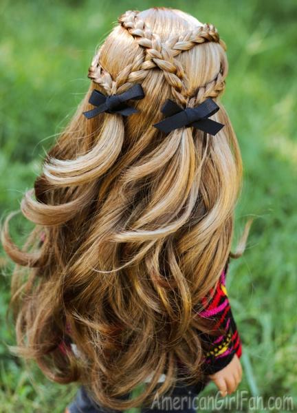 cuatro trenzas cruzadas con pelo suelto y moños