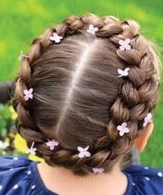 niña con peinado de corona de trenza