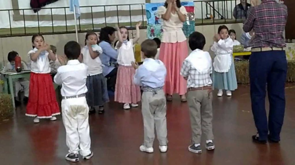 acto-escolar-nniños-bailando-la-chacarera