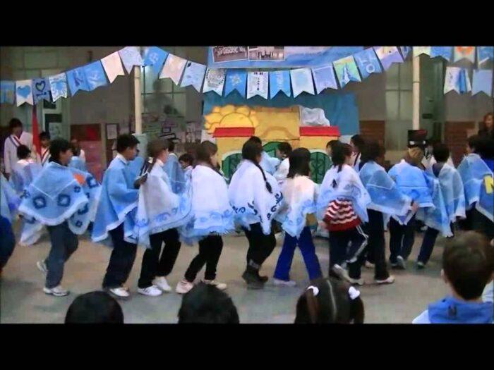 niños-bailando-carnavalito-argentino