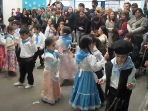 niños-bailando-en-acto-patrio