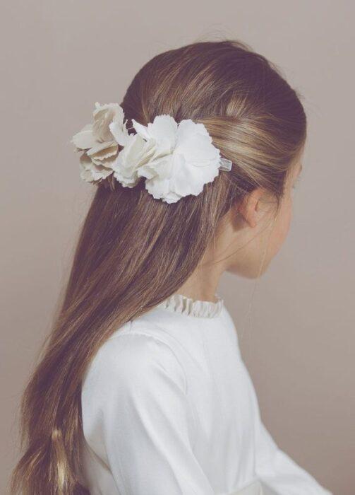 peinado-media-cola-con-flores-fiesta-comunion-niña