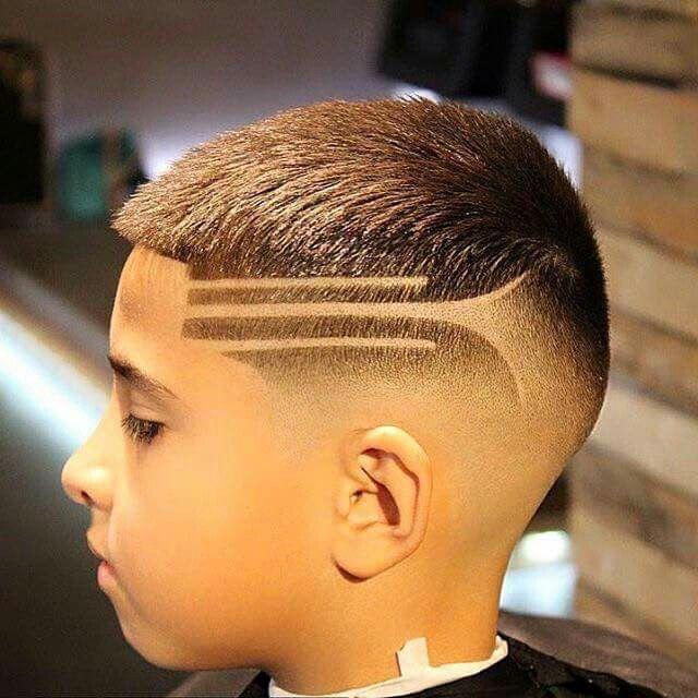 rapado-degrade-con-diseño-corte-moderno-de-pelo-para-niños