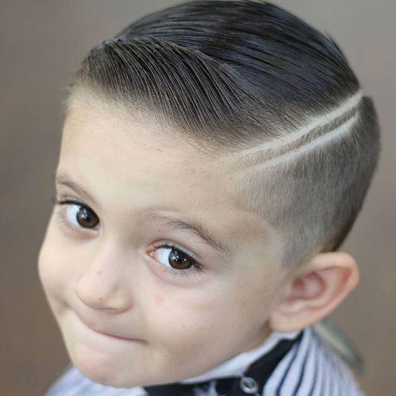 rapado-en-degrade-con-doble-linea-marcada-corte-moderno-de-pelo-para-niños