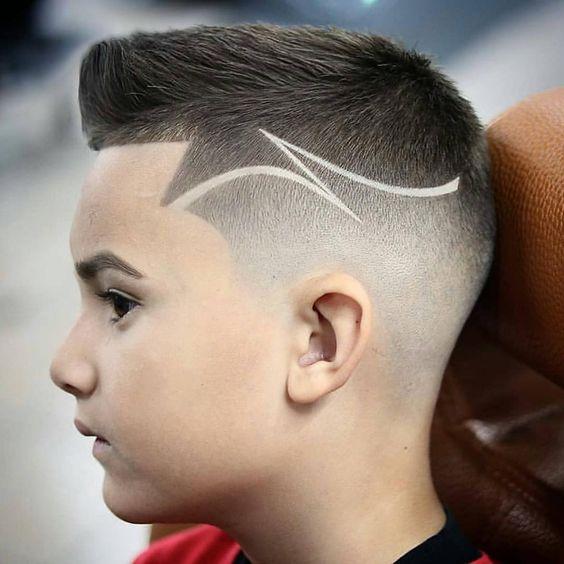 rapado-en-degrade-con-linea-ondulada-corte-moderno-de-pelo-para-niños