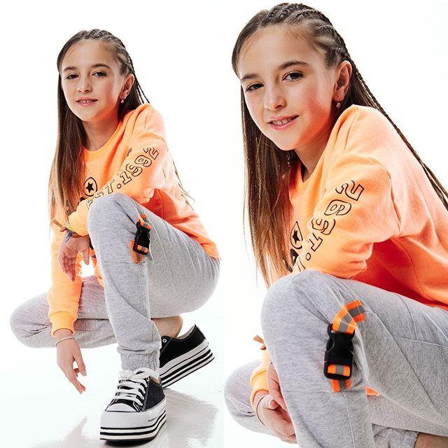buzo-naranja-neon-niña-gimos-verano-2020