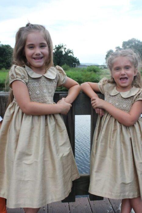 vestido-de-fiesta-dorado-con-punto-smock-clasico-niñas