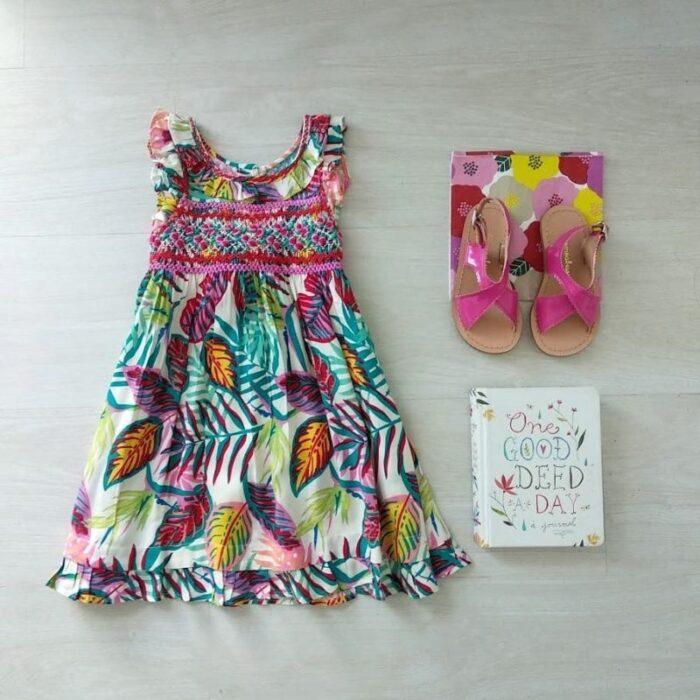 vestido-estampa-tropical-con-punto-smock-te-como-a-besos-verano-2020