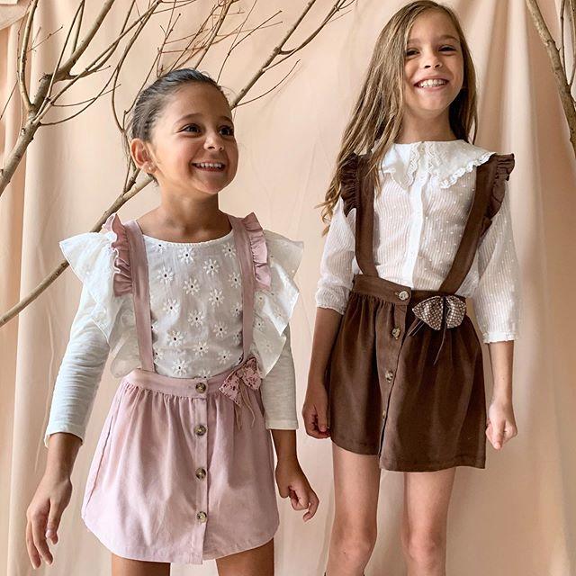 minifalda con tiradores y blusa plumeti niña Gro web otoño invierno 2020