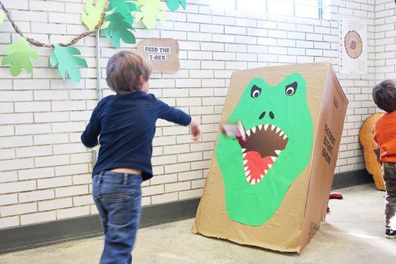 emboca en la boca del dinosaurio