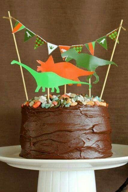torta de dinosaurio con decoracion economica